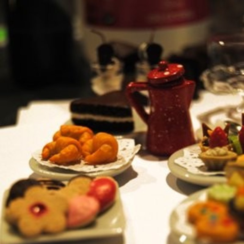 Taller de bisutería con miniaturas dulces Photo