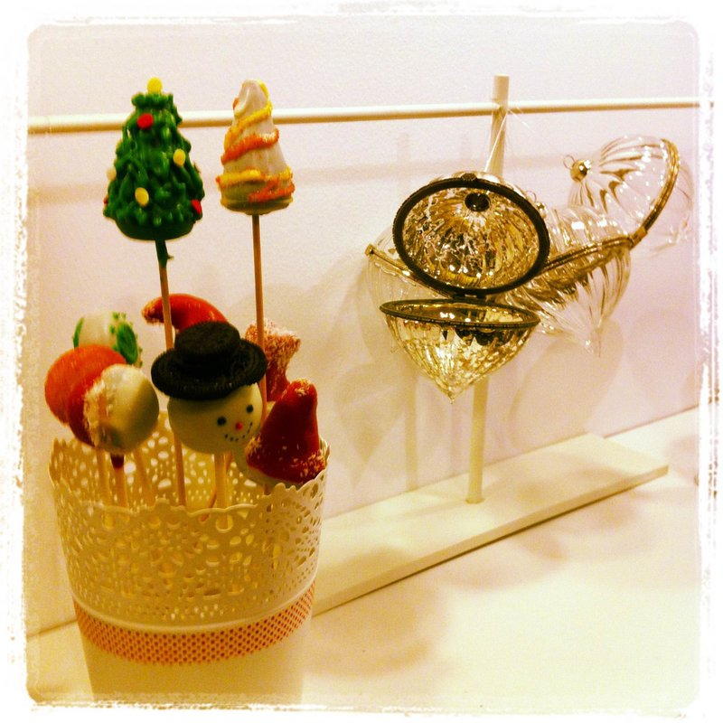 Taller de CAKE POPS: Joyas Navideñas Photo